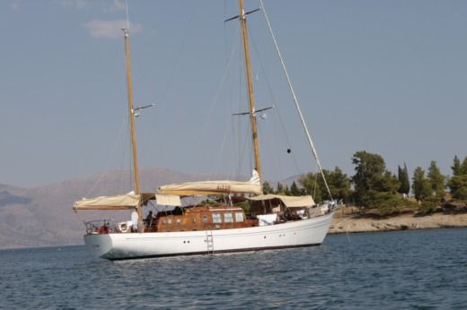 VIUDES  LAURENT GILES KETCH BERMUDIEN in Saint-Tropez peer-to-peer