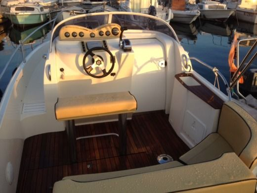 Motorboat Lexsia Xs20i for hire