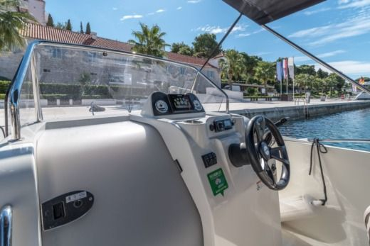 Quicksilver Activ 675 Open in Trogir