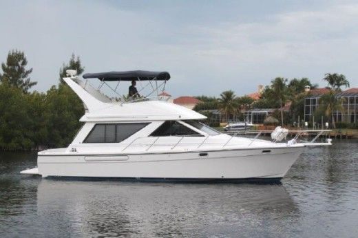 Motorboat Bayliner 3988 peer-to-peer