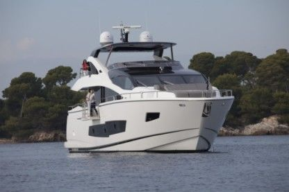 Charter Motorboat Sunseeker 86 Fly St Julian's