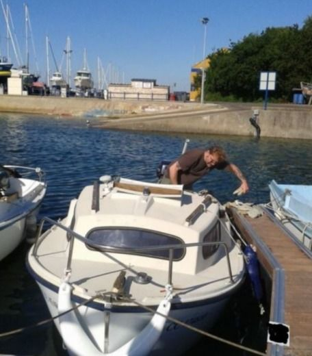 Motorboat Beneteau Capelan for hire