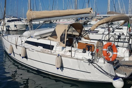 Hire Sailboat DUFOUR YACHTS 350 Hyères