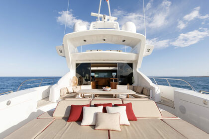 Location Yacht Mangusta 92 Cannes