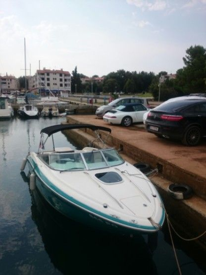 Verhuur Motorboot Sea Ray 210 Overnighter Poreč