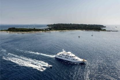 Charter Motorboat Cantieri 40M Cannes