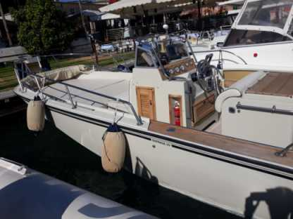 Charter Motorboat Boston Whaler 750 Salerno