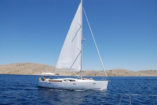 Charter sailboat in Betina