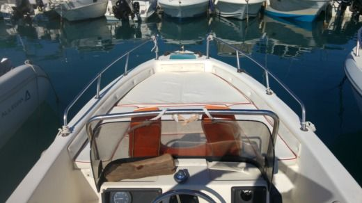 Charter motorboat in Saint-Laurent-du-Var peer-to-peer