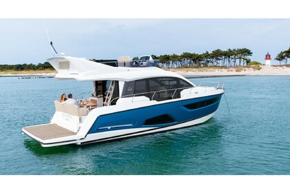 Hire Motorboat Sealine  F430 Pula