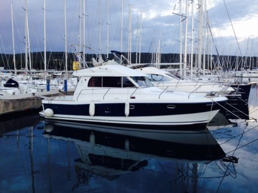 Motorboat BENETEAU Antares 10.80 for hire