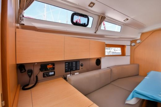Sailboat BENETEAU OCEANIS 35 for hire