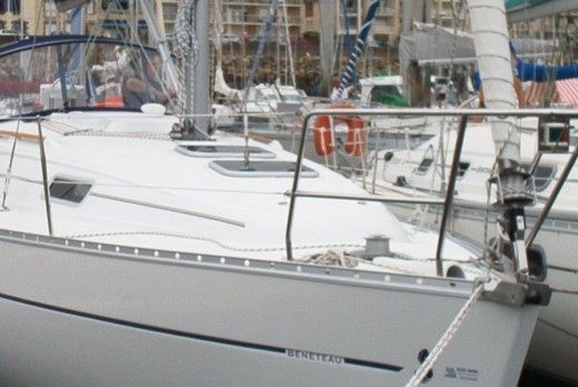 Sailboat BENETEAU OCEANIS 331 Quillard for hire