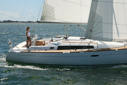 Rental Sailboat BENETEAU OCEANIS 37 Hamble-le-Rice