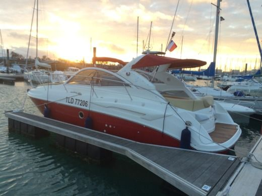 Motorboat Beneteau Monte Carlo 32 for hire