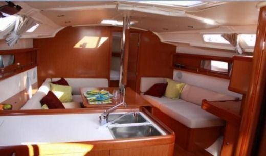 Beneteau Océanis 37 in Grimaud for rental
