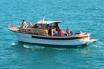 Hire Motorboat Marinelli Semicabinato 10m Maiori