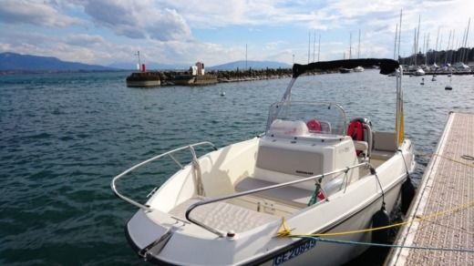 Motorboat Quicksilver Activ 555 Open peer-to-peer