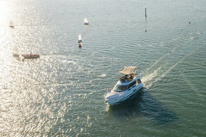 Rental Motorboat Sealine F42/5 Lymington
