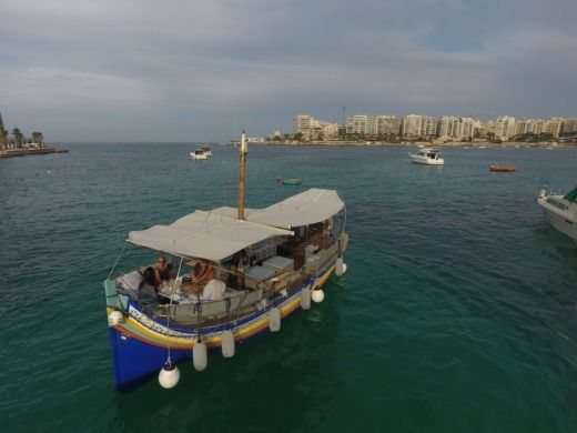 Traditional Maltese Boat Luxury Luzzu in Malta zu vermieten