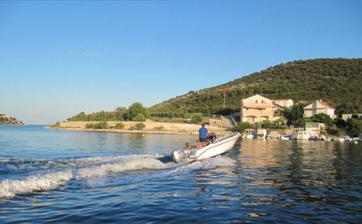 Rental motorboat in Vinišće