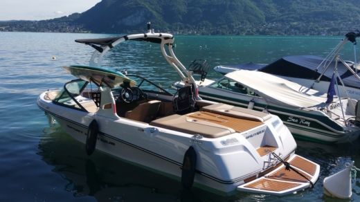 Charter motorboat in Annecy peer-to-peer