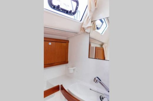 Sailboat Beneteau Oceanis 43