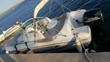 Motorboat Beneteau Beneteau 650 Sundeck for hire