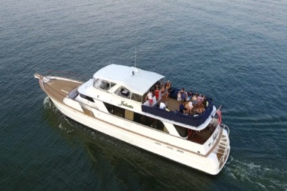 Hire Motor yacht Chris Craft Roamer New York