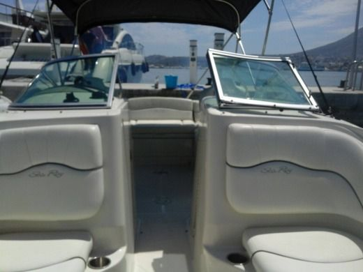 Motorboat Sea Ray 220 Sundeck for hire