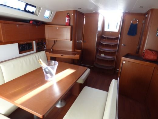 Sailboat Beneteau Oceanis peer-to-peer