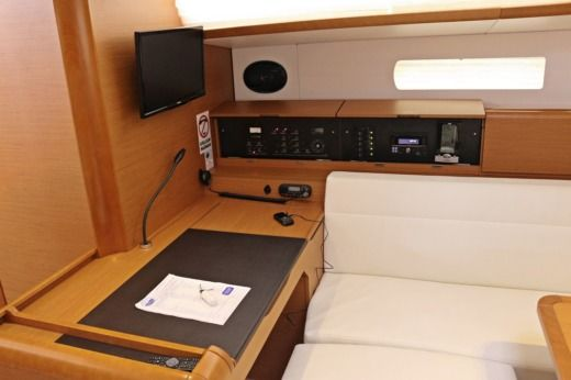 Sailboat JEANNEAU 509 peer-to-peer