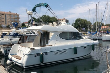 Hire Motorboat Jeanneau Prestige 32 Fly Martigues