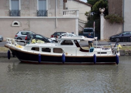 Motorboat Bruijs Pays Bas Vlet   Style Sedan Avec  Cab Arriere for hire