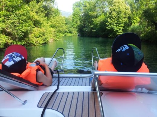 Charter motorboat in Viviers-du-Lac peer-to-peer