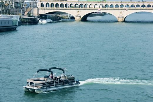 Charter motorboat in Paris