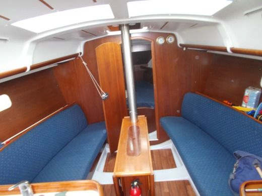 Sailboat BENETEAU OCEANIS 323 for hire