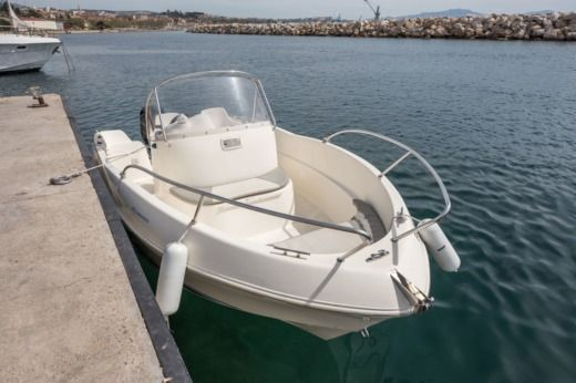 Motorboat Quicksilver 525 Commander for hire