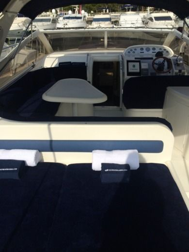 Motorboat Princess V40 peer-to-peer