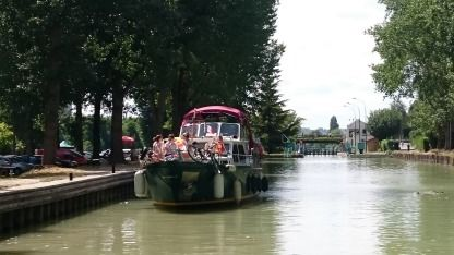 Rental Motorboat Valkkruiser 11 M Paris