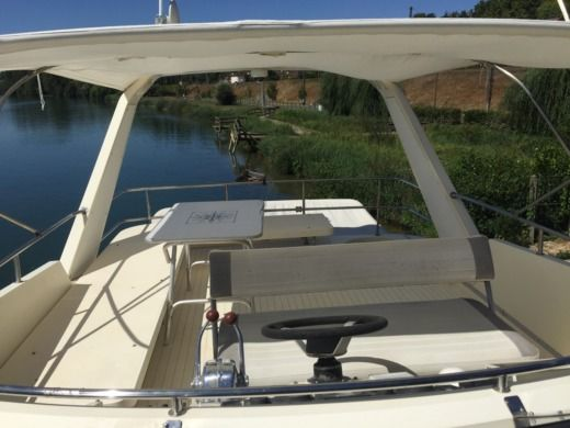 Charter motorboat in Fontainebleau peer-to-peer