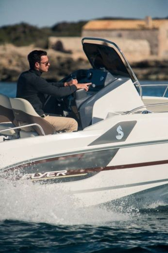 Motorboat Beneteau 550 Flyer Sundeck for hire