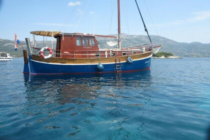Charter Motorboat Traditional Croatian boat Leut Palagruža Split