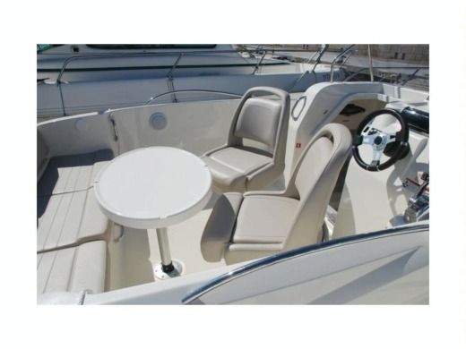 Motorboat Quicksilver 675 Sundeck peer-to-peer
