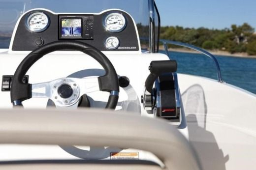 Motorboat QUICKSILVER 555 Activ for hire
