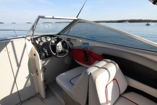 Motorboat Bayliner Capri 2052 Bond for hire