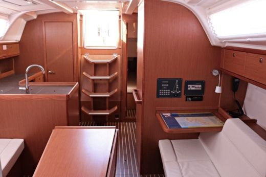 Sailboat Bavaria Cruiser 37 peer-to-peer