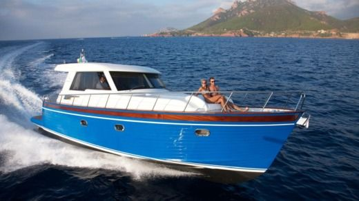Charter motorboat in Saint-Tropez peer-to-peer