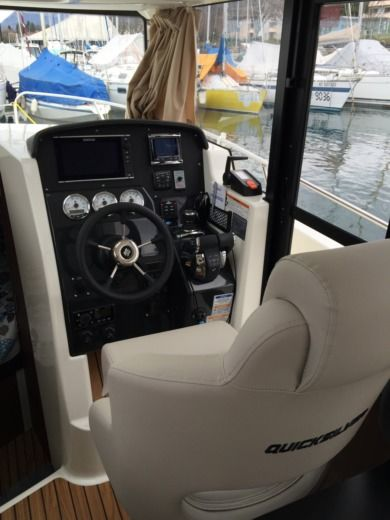 Motorboat QUICKSILVER 905 Pilothouse for hire