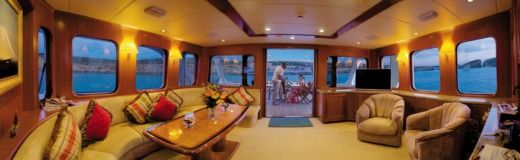 Motorboat Luxury Yacht 24m peer-to-peer